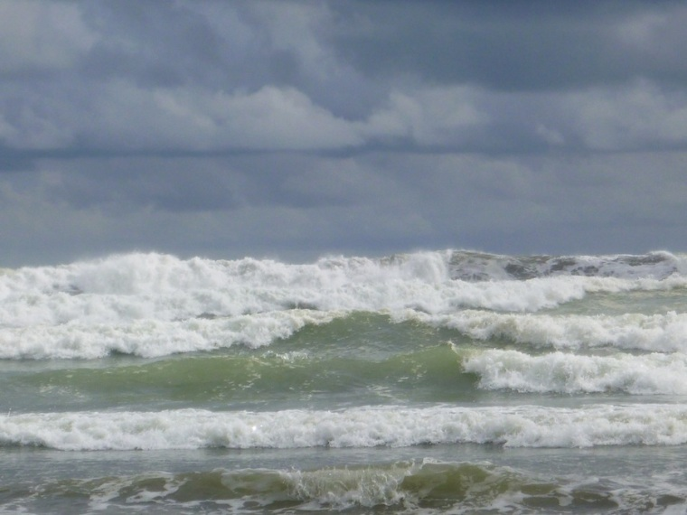 choppy, full breaking waves....not ideal for any recreational activity